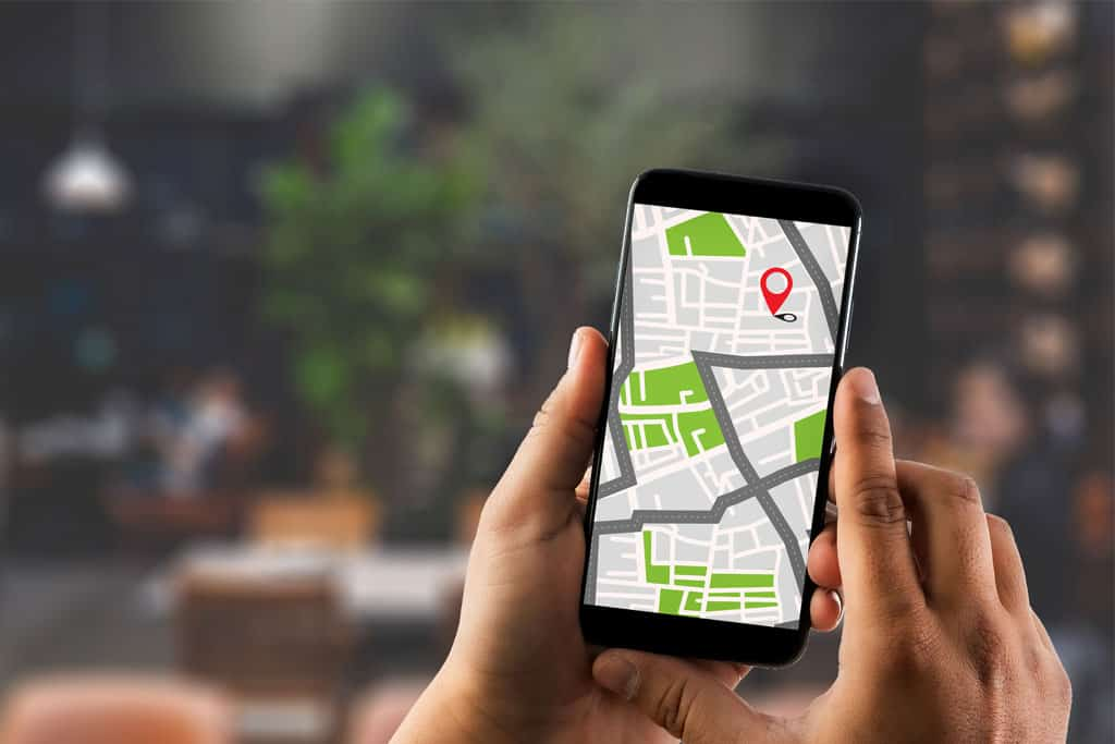 smartphone mostra mappa con attività locale