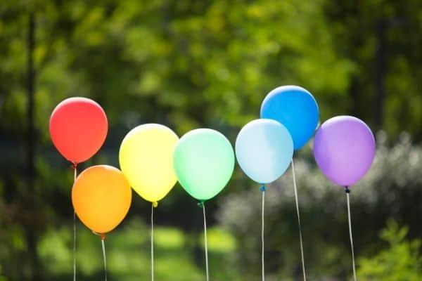 arcobaleno fatto di palloncini